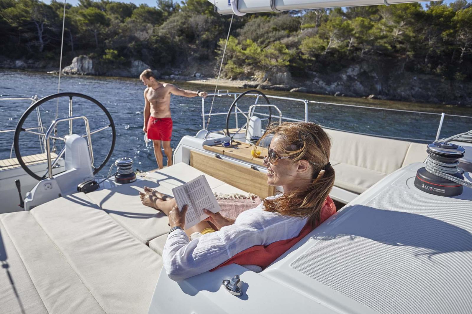 Fille assis dans un bateau